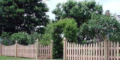 picket fence design by Elyria Fence