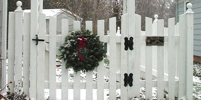 Sabre Scalloped Picket Fence built by Elyria Fence